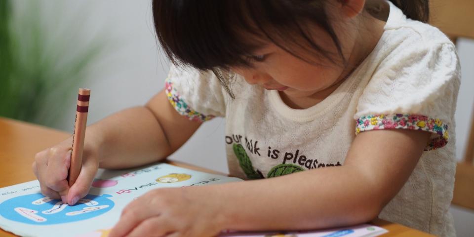 子供が勉強中の写真