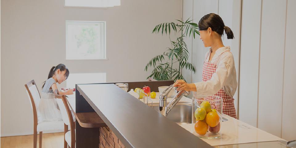 親子が会話しているキッチンの写真